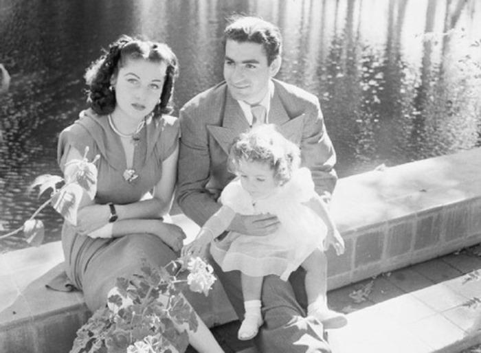 Шах Ирана Мохаммед Реза Шах Пехлеви с женой и дочерью. Фотография Сесиля Битона, 1942 | Фото: aeslib.ru