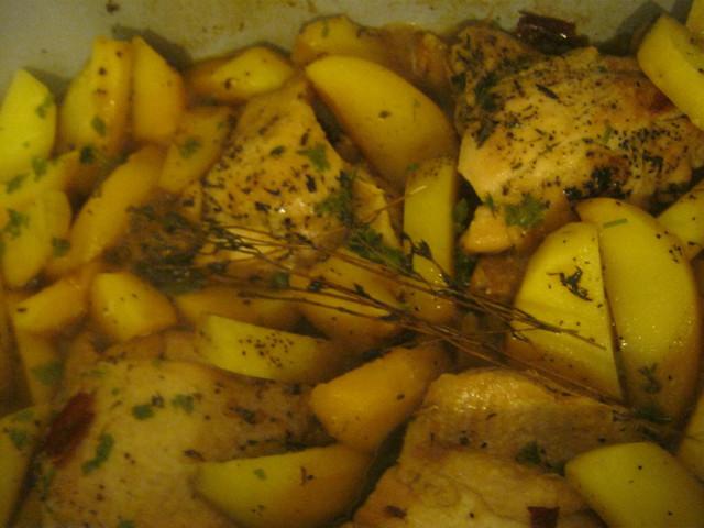 Куриные бедрышки в духовке с картошкой