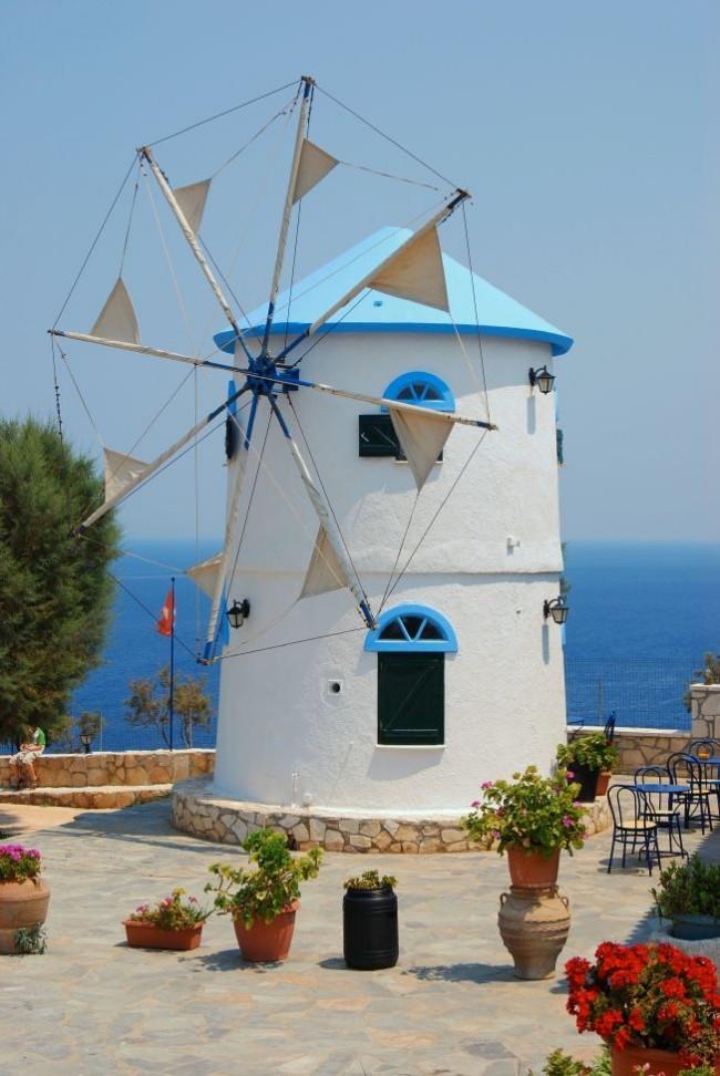Небольшая мельница в греческом стиле - внутри которой мини-домик