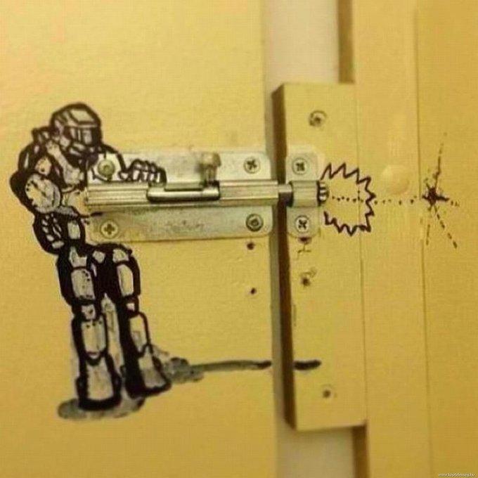 15 забавных актов вандализма, обнаруженных в общественных туалетах изображение 4