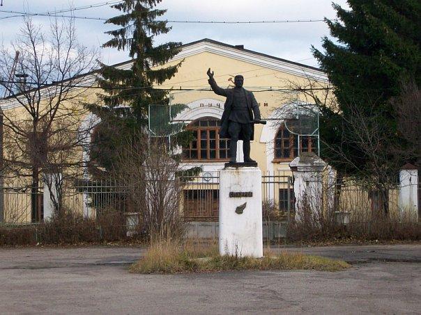 Памятник С.М.Кирову у проходной льнокомбината