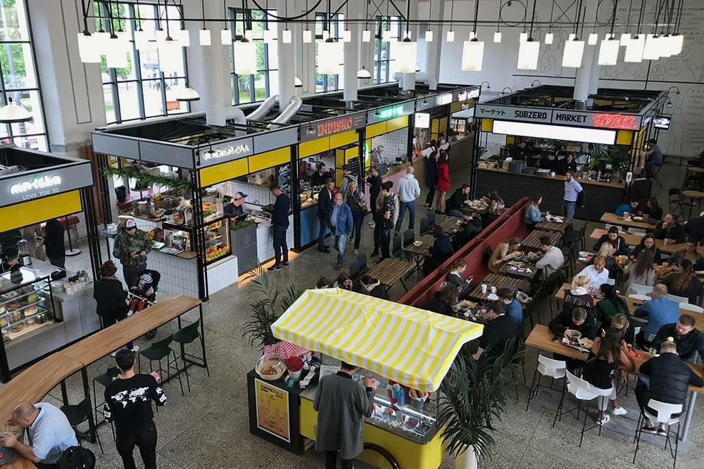 НаВасилеостровский рынок приходят, чтобы вкусно поесть ипообщаться
