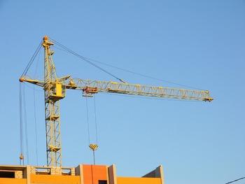 На стройке в Тропарево-Никулино башенный кран рухнул на бытовку с рабочими
