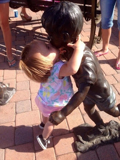 Фотографироваться с памятниками учитесь у детей!