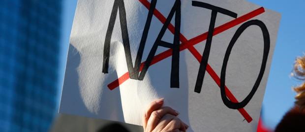 Die Zeit: От НАТО остались осколки, но к Путину на коленях не поползём