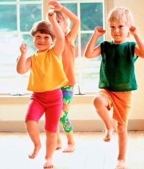 Игры-стишки с движениями для детей 2-6 лет. Мышки Вышли мышки как-то раз(шагают) Посмотреть, который час.(ладонь ко лбу…