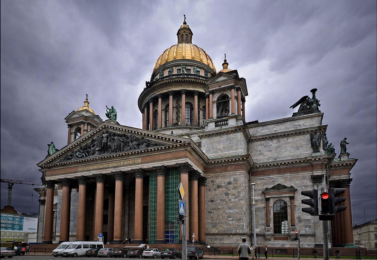 Активисты зачитали Конституцию, стоя на коленях у Исаакиевского собора