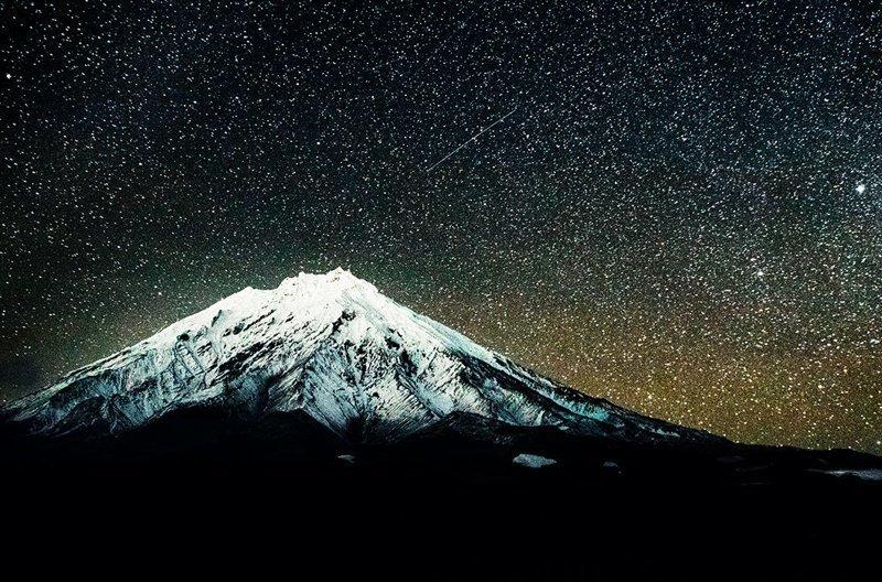 Авачинский и Корякский вулканы ночью под звездами, Камчатка зима, красота, природа, россия, фото