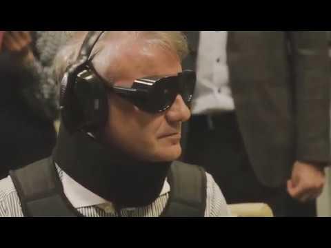 """Видео: Грефу в """"костюме инвалида"""", забывшему паспорт, помогали взять кредит 10 человек"""