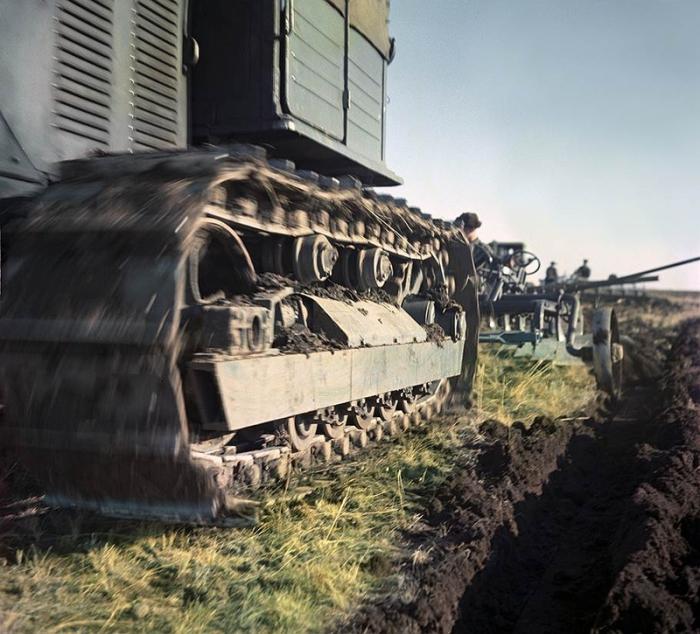 Трактор, с помощью плоскорезов, вспахивает почву.