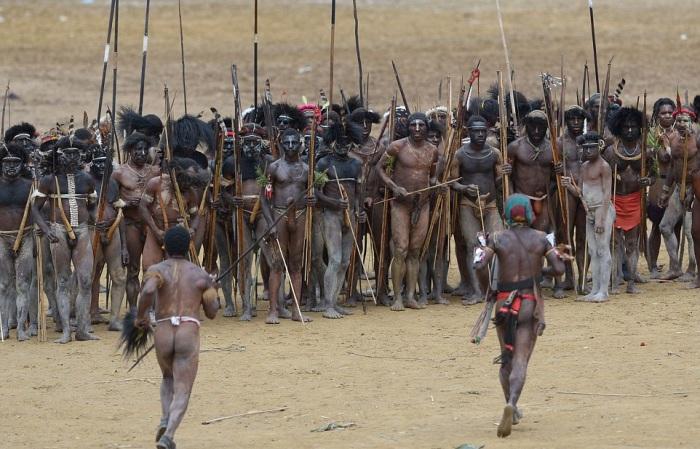 Соблюдение традиций и обычаев является основой образом жизни племени Дани.