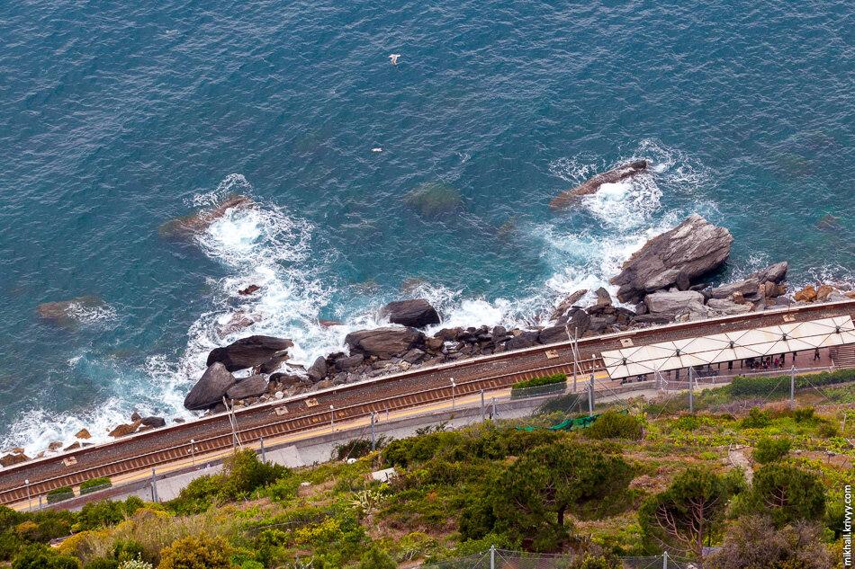 9. Вид вниз со скалы. Там станция Манарола (Manarola). Она также соединена с городом пешеходным тоннелем.