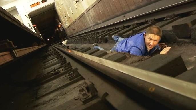 Что делать при падении на рельсы в метро. Инструкция, которая спасет жизни!