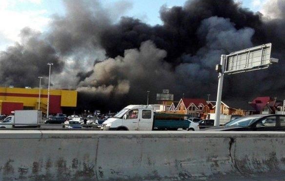 МЧС: Пожар вторговом комплексе наМКАД доутра потушить неудастся