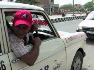 Авто - факт: 11 лет задним ходом проездил житель Индии