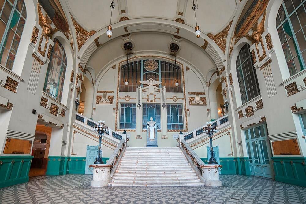 Старинный вестибюль вокзала нетрудно застать пустынным, чтобы сделать удачные кадры