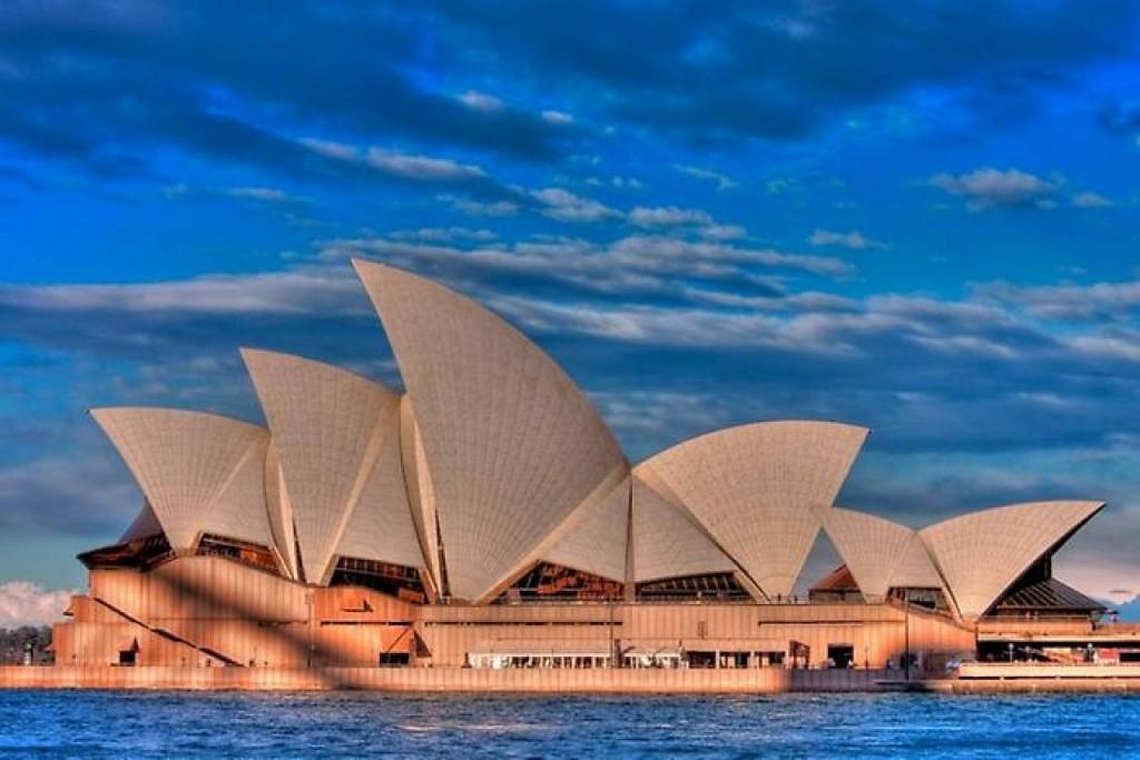 Углубимся немного в историю создания Сиднейского оперного театра и может поймем, почему сегодня это здание по своей популярности превзошло порт – предыдущий неофициальный символ города.