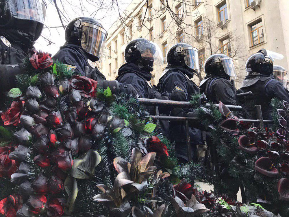 «Мы похороним эту власть»: в Киеве администрацию президента обложили траурными венками
