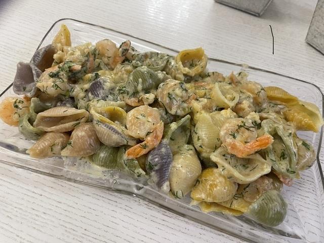 Фото к рецепту: Паста с креветками в сливочно-сырном соусе
