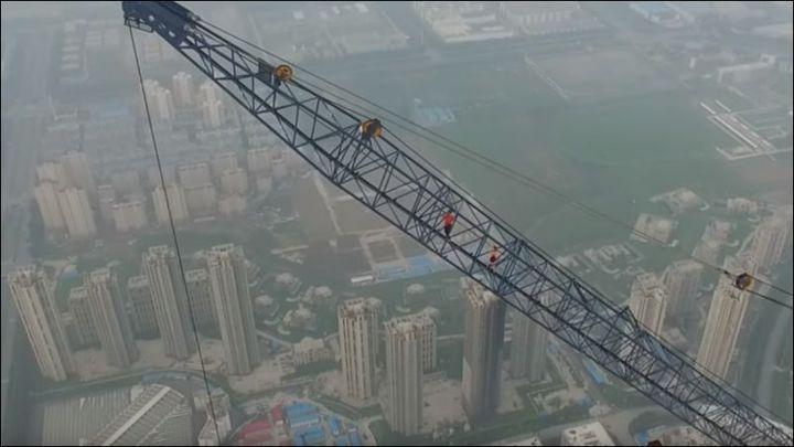 Любители острых ощущений взобрались на самый высокий строительный кран в Китае