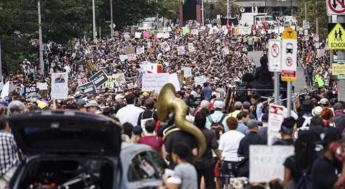 В Бостоне начались столкновения националистов с полицией