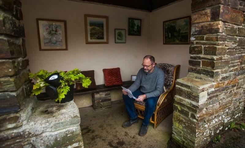 Неизвестный в Великобритании превратил разрушенную автобусную остановку в уютную комнату