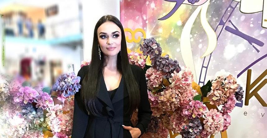 Алена Водонаева похвасталась аппетитной грудью и необычным украшением для сосков