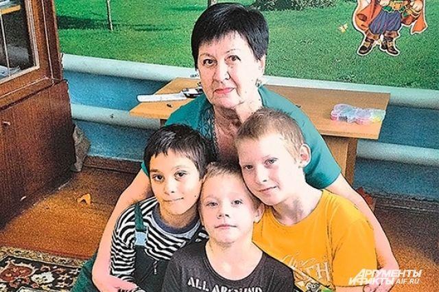 «Я люблю их как родных!». Пенсионерка стала мамой чужим детям