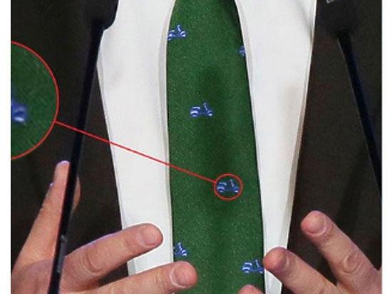 Одежда с подтекстом. Галстук Медведева с мопедами насмешил Рунет (фото)