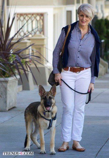 Белые джинсы и клетчатая рубашка на моднице пожилого возраста