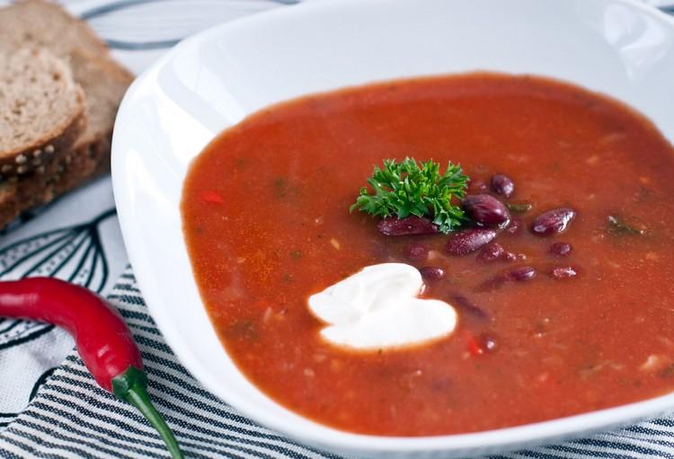 Вкуснейший суп на томатном соке с копчёностями и чесночными гренками