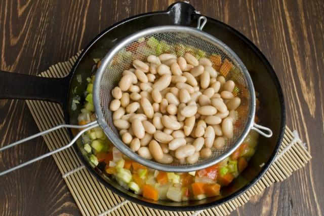 Откидываем на сито фасоль и добавляем к овощам