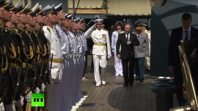 В День ВМФ России Владимир Путин посетил крейсер «Аврора»