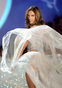Модный показ «Victoria's Secret» в Нью-Йорке Алессандра Амбросио