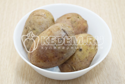 Картофель отварить до готовности и остудить.