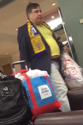 Грустного Саакашвили в странном наряде засняли на видео в аэропорту Нью-Йорка (видео)