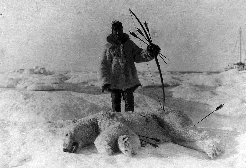 Эскимос-охотник со своей добычей, Аляска, 1924 год.