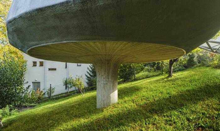 Дом, установленный на одном бетонном столбе.
