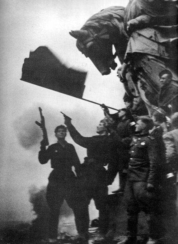 """""""Автографы"""" советских солдат на стенах Рейхстага - еще один символ Победы"""