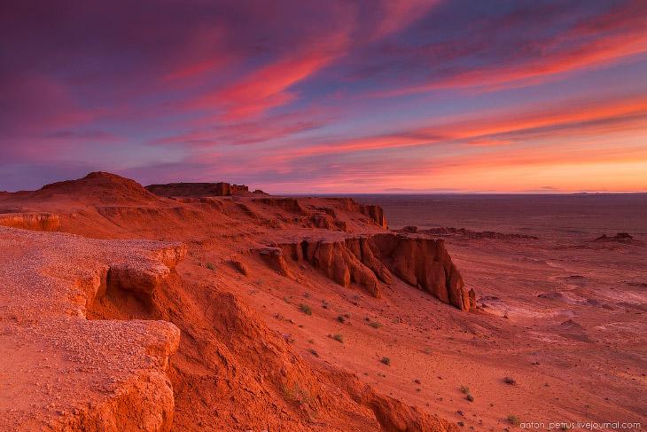 Пылающие скалы Баянзаг в пустыне Гоби - сокровищница самых потрясающих ландшафтов