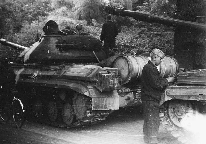 """А мой батя усмирял """"Пражскую весну"""" в качестве старшины роты ВДВ и немцев якобы видел. 1968 г."""