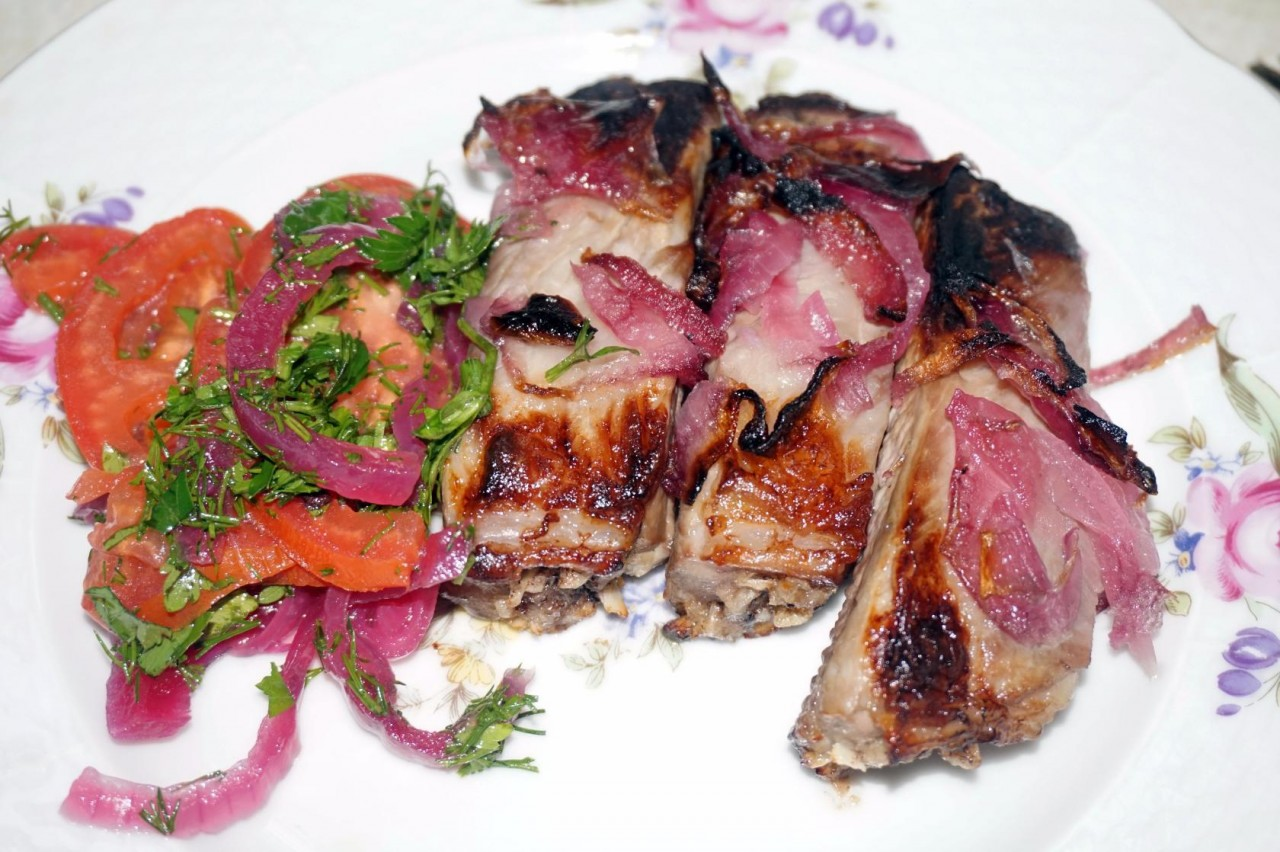 Свиные рёбрышки с маринованным луком на гриле