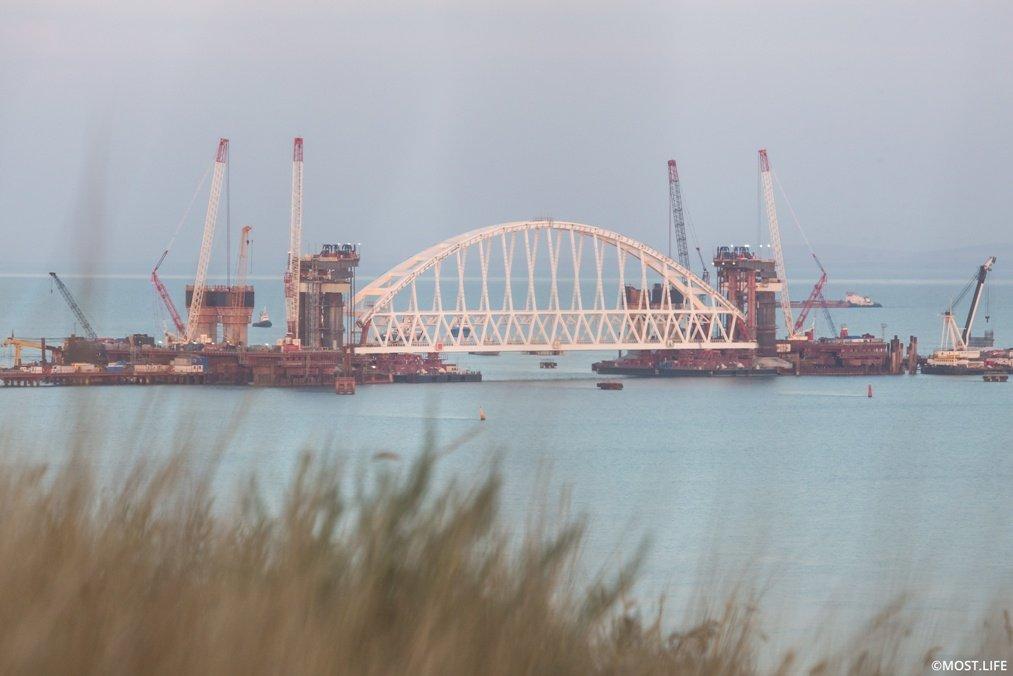 «Стройка века»: для второй арки Крымского моста расширили временное «окно»