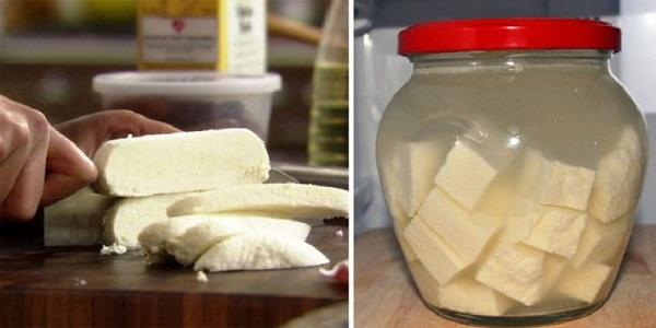 Молоко, сметана, лимонный сок — все, что понадобится для этого нежнейшего домашнего сыра