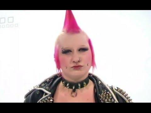 С девушки-панк смыли весь макияж и сняли пирсинг. Какая же красотка!