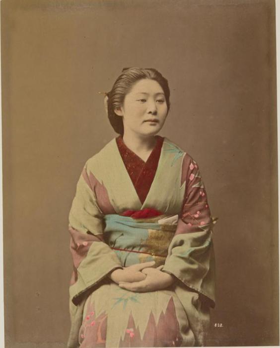 Самый старинный японский наряд кимоно выделяет лишь плечи и талию носителя, скрывая недостатки его фигуры.