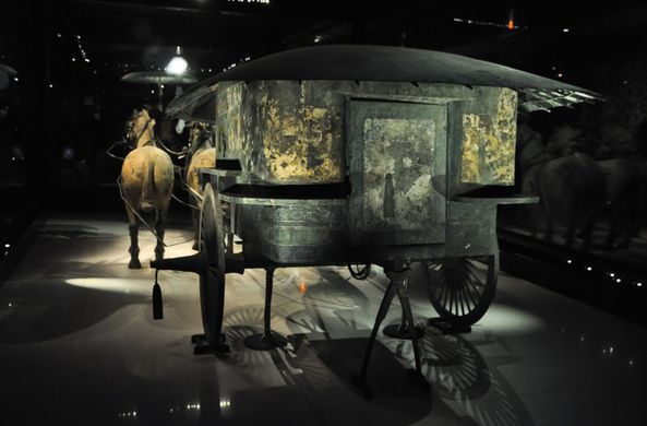 В Китае нашли позолоченную колесницу возрастом 2 500 лет