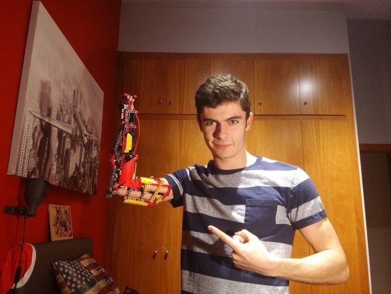 18-летний парень создал себе функциональный протез из бывшего Lego-вертолёта Андорра, вертолет, игрушка, лего, подросток, протез, рука, талант