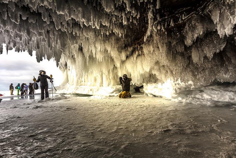 Замёрзшие морские пещеры Верхнего Озера в штате Висконсин