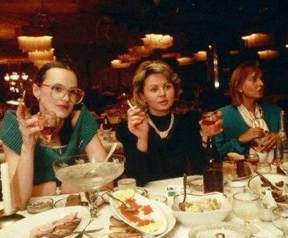 Советская женщина в процессе отдыха и развлечений. В ресторане, то есть...